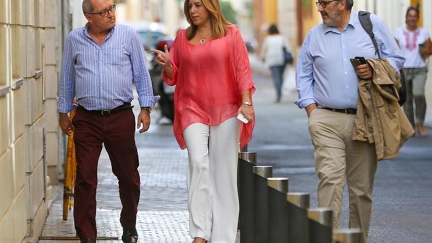 Susana Díaz entre Juan Cornejo y Máximo Díaz Cano llegando a la sede del PSOE andaluz