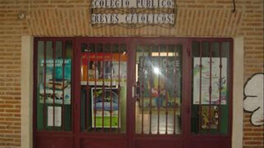 Fachada del Colegio Público Reyes Católicos de Madrigal de las Altas Torres (Ávila).