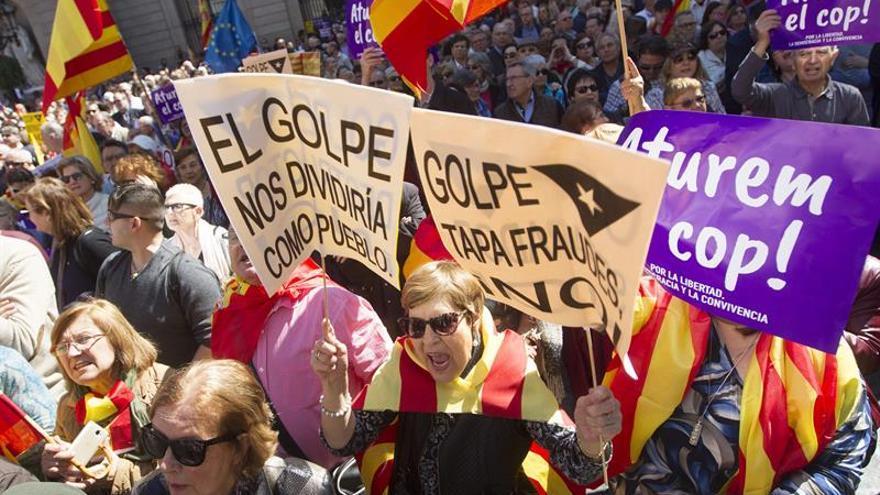 """Miles de personas se manifiestan en Barcelona contra el """"golpe separatista"""""""