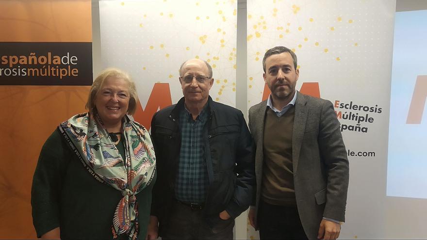 Ángel hernández junto a la doctora Luisa Mª Villar y Pedro Carrascal, director de EME. | Carla Pérez Diago