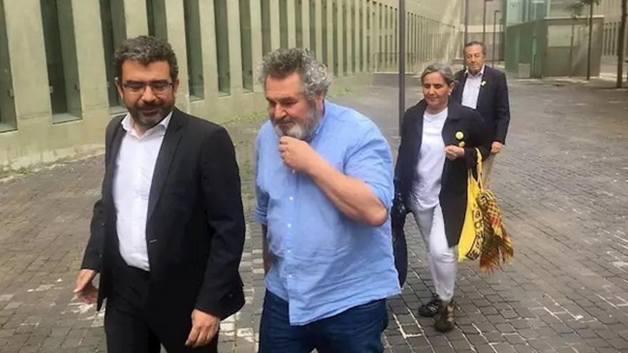 Víctor Terradellas, con camisa azul, tras su detención en mayo de 2018