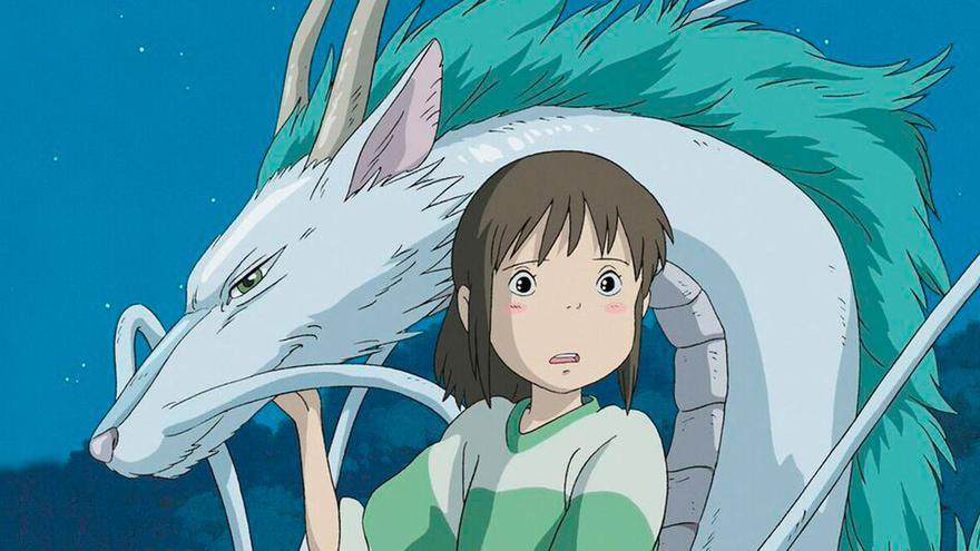 Chihiro con Haku, un kami que olvidó que lo era