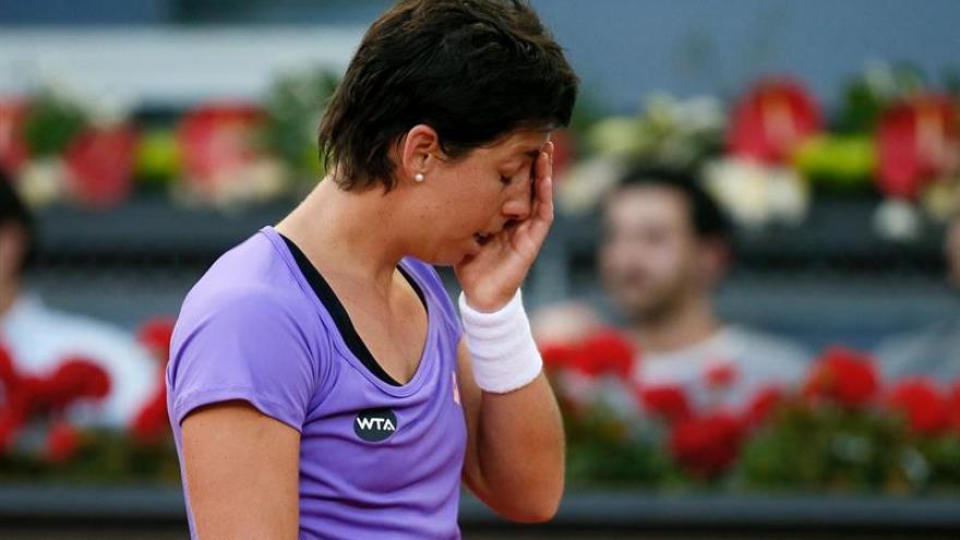 La tenista española Carla Suárez tras perder ante la australiana Samantha Stosur, por 4-6, 6-2 y 63, en el partido correspondiente a la tercera ronda del abierto de tenis Mutua Madrid Open en la Caja Mágica. EFE/JuanJo Martin.