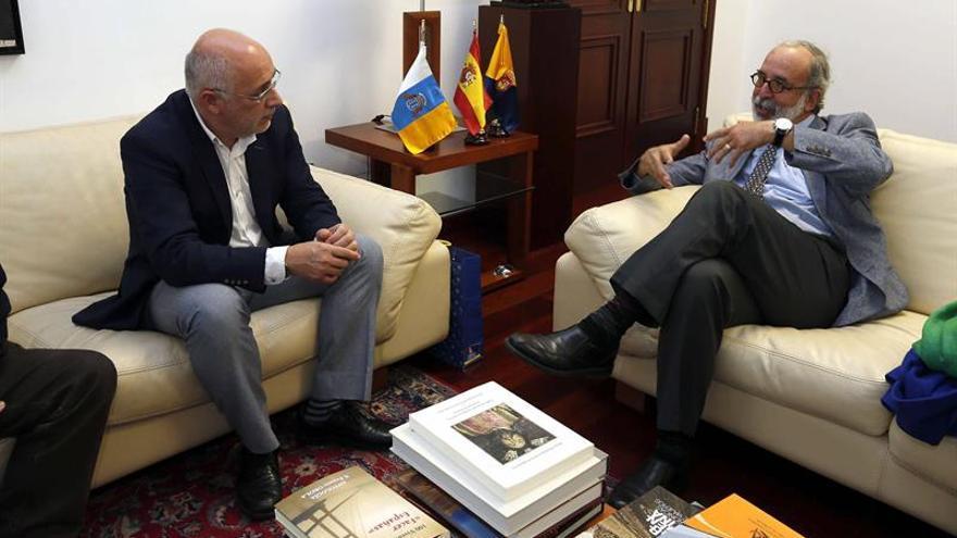 El presidente del Cabildo de Gran Canaria, Antonio Morales (i), recibió al portavoz del Comité Pro Derechos Humanos de Puerto Rico, Eduardo Villanueva.
