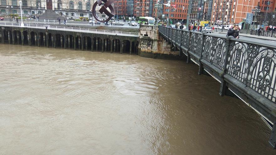 El Ayuntamiento de Bilbao se prepara para posibles desbordamientos de la Ría en los próximos días por mareas vivas