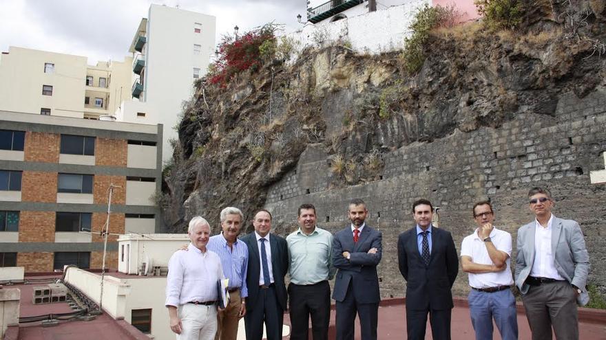 En la imagen, la comitiva, encabezada por el alcalde, que visitó el edificio de Correos.