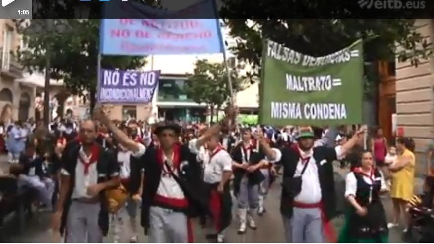 Imagen de la cuadrilla portando las pancartas con mensajes machistas