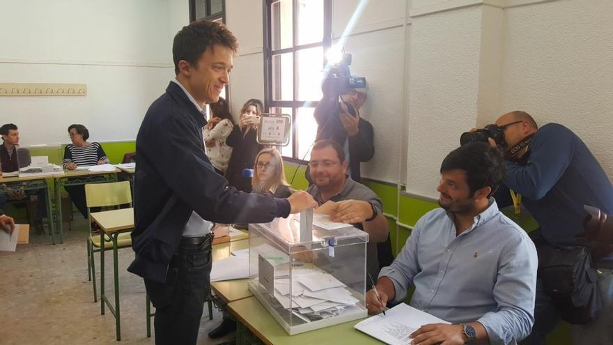 Archivo - Iñigo Errejon votando en su colegio electral