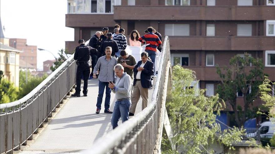 Efectivos de la policía junto al cadáver de la presidenta de la Diputación de León, Isabel Carrasco / EFE
