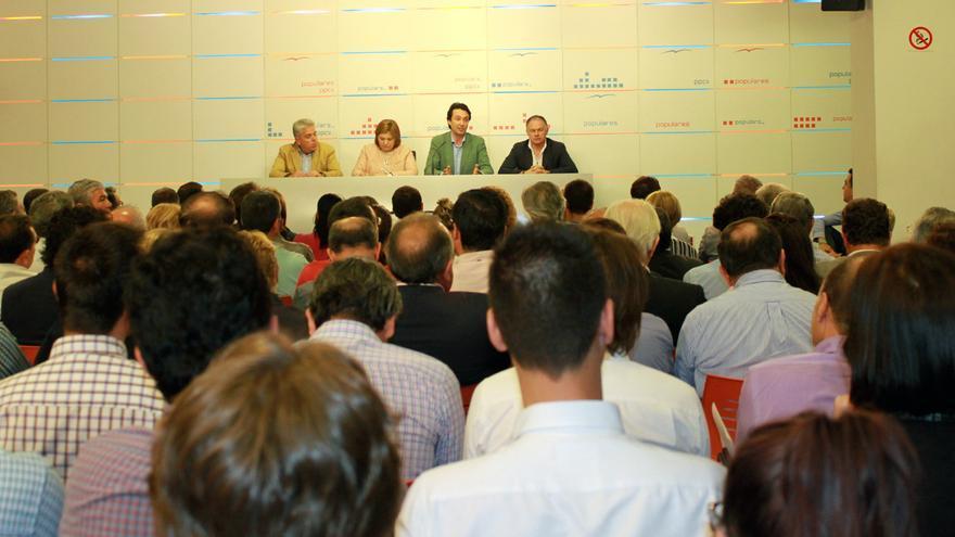 Vicente Betoret junto a la coordinadora general de los populares valencianos, Isabel Bonig, en la junta directiva provincial del PP