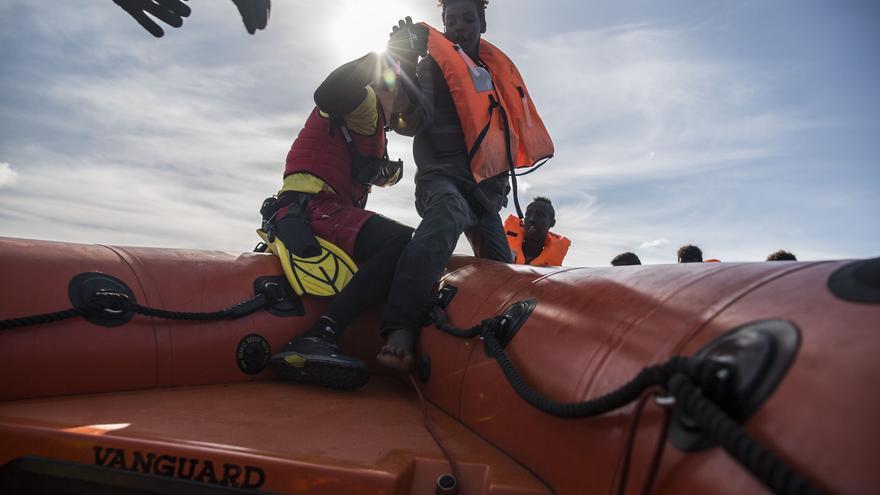 Los náufragos, entre ellos tres mujeres embarazadas, un bebé de seis meses y un niño de siete años, han sido localizados en dos botes distintos
