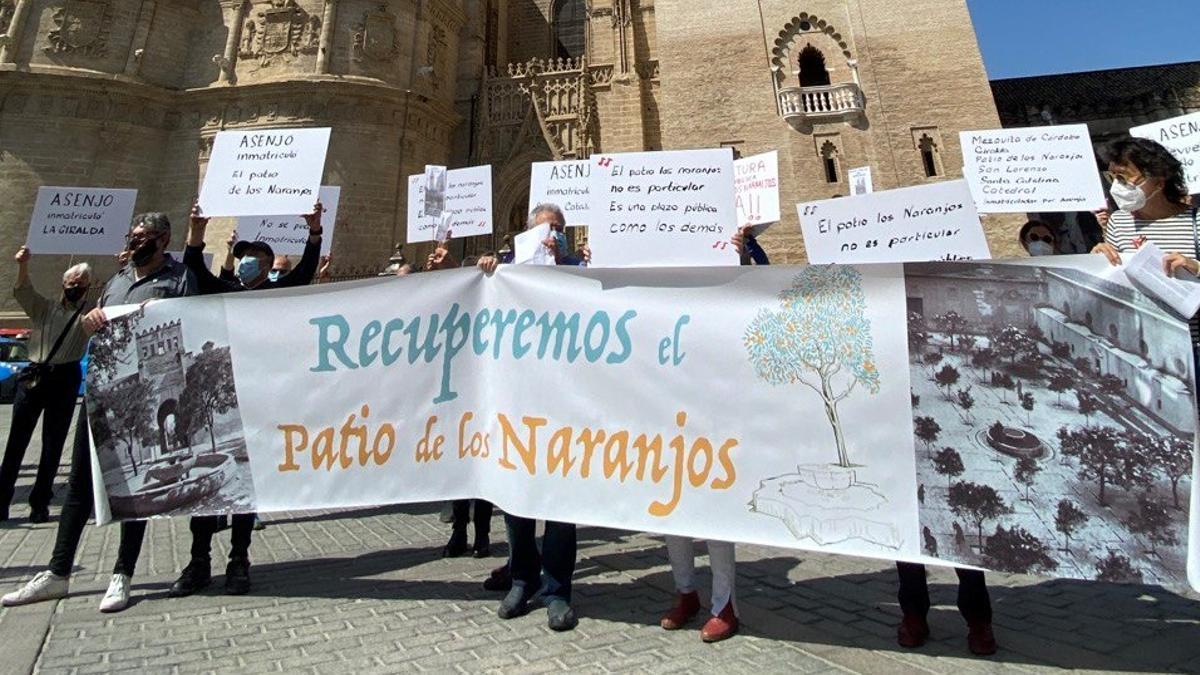 La concentración de protesta se realizó al pie de la Catedral y la Giralda.