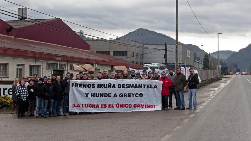 Los trabajadores de Greyco se manifiestan delante de la fábrica