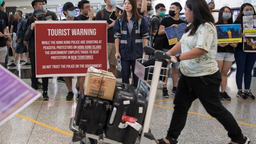 Los trabajadores del aeropuerto de Hong Kong se suman a las protestas