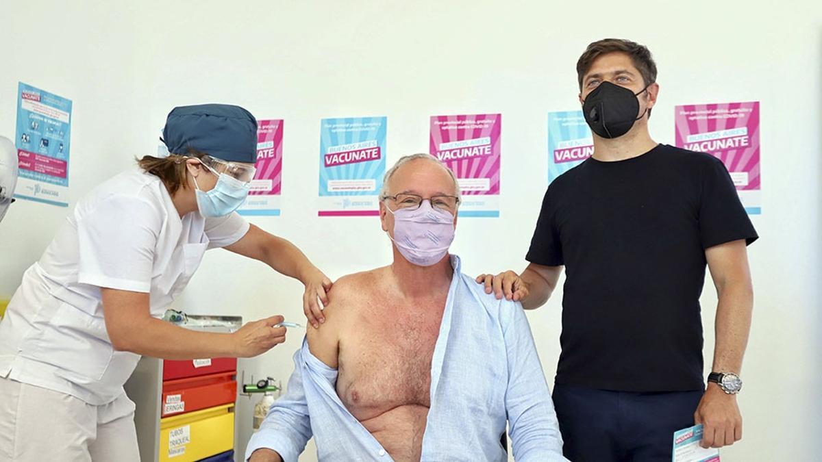 El ministro de Salud bonaerense, Daniel Gollan, fue el primer mayor de 60 años en aplicarse la vacuna contra el coronavirus, en enero de 2021.