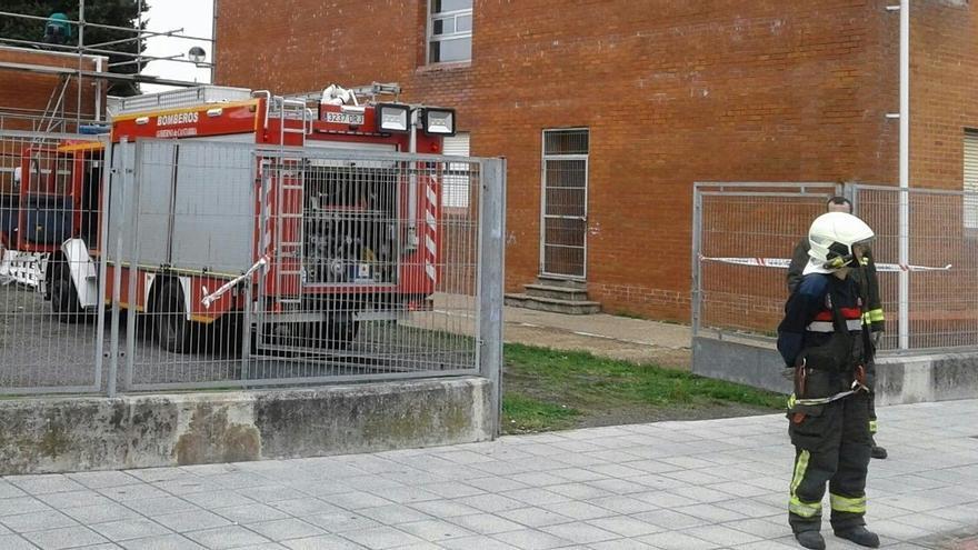 Un incendio en las obras de un edificio anexo obliga a desalojar el instituto de Colindres