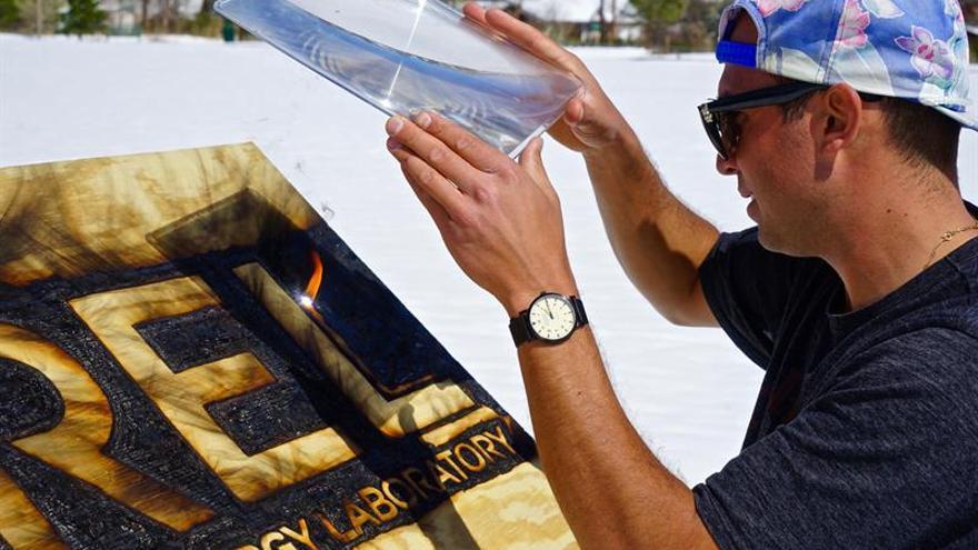 Un hombre de Colorado deslumbra con una milenaria técnica de dibujos con luz solar