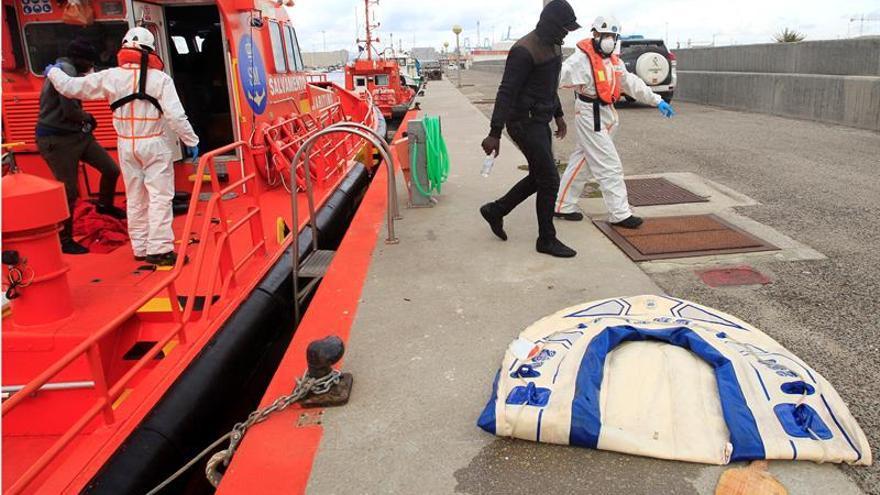 Rescatan a cinco inmigrantes en una patera en el Estrecho