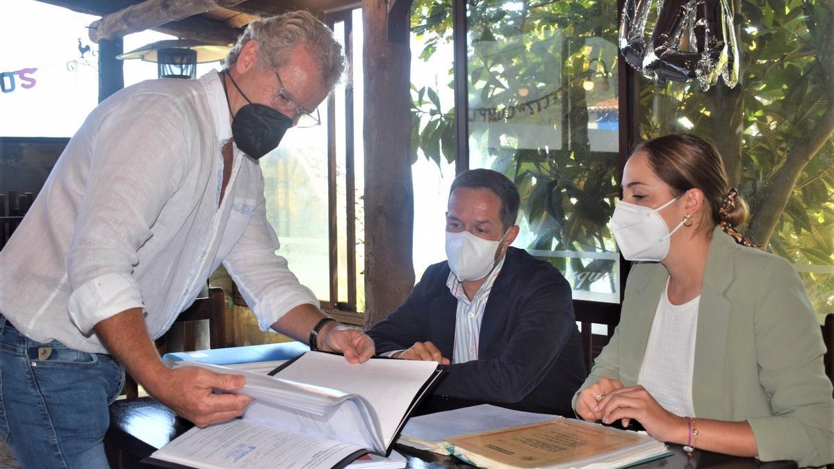 El presidente del Cabildo de La Palma, Mariano Zapata, y la consejera de Medio Ambiente, María Rodríguez, durante la visita al Maroparque, el parque y centro de rescate de animales exóticos de la Isla