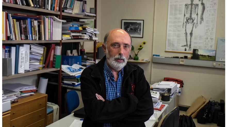 Pacto Etxebaria posa en su despacho. Foto: Santos Cirilo