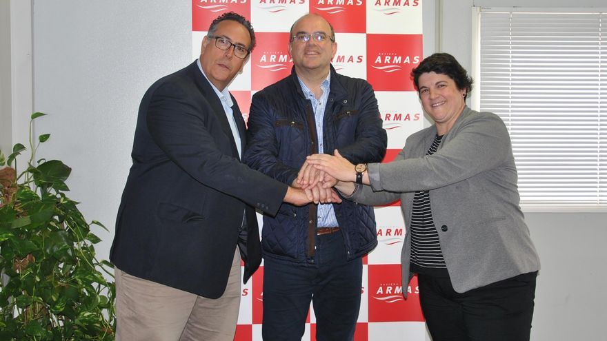 De izquierda a derecha, Juan Pablo Marrero, director comercial de Naviera Armas; Anselmo Pestana, presidente del Cabildo de La Palma, y Ascensión Rodríguez, consejera de Deportes del Cabildo.