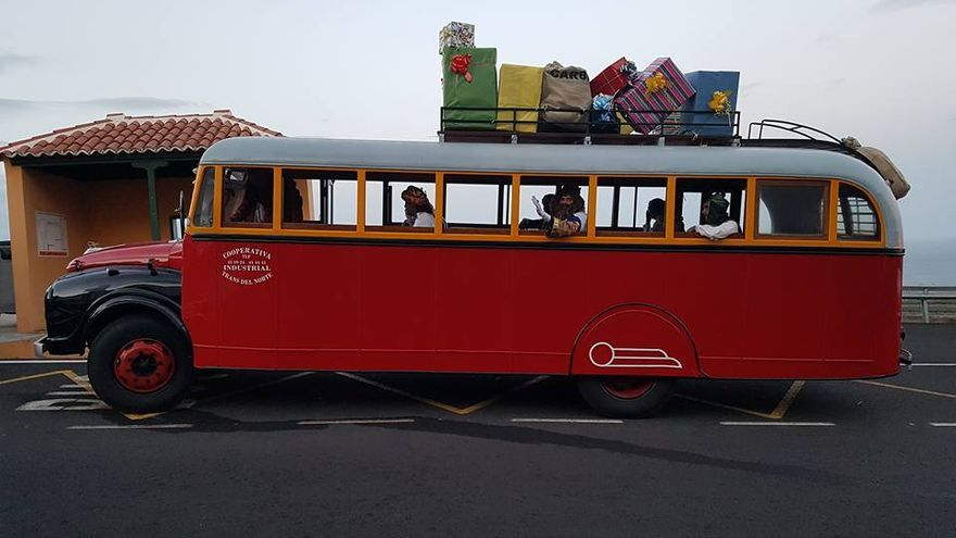 La guagua del Norte transportó a los Reyes Magos hasta Barlovento. Foto: Facebook Ayuntamiento de Barlovento.