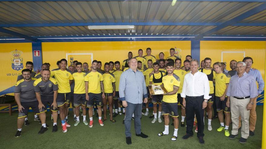 La plantilla de la UD Las Palmas celebra el 68 cumpleaños de la entidad.