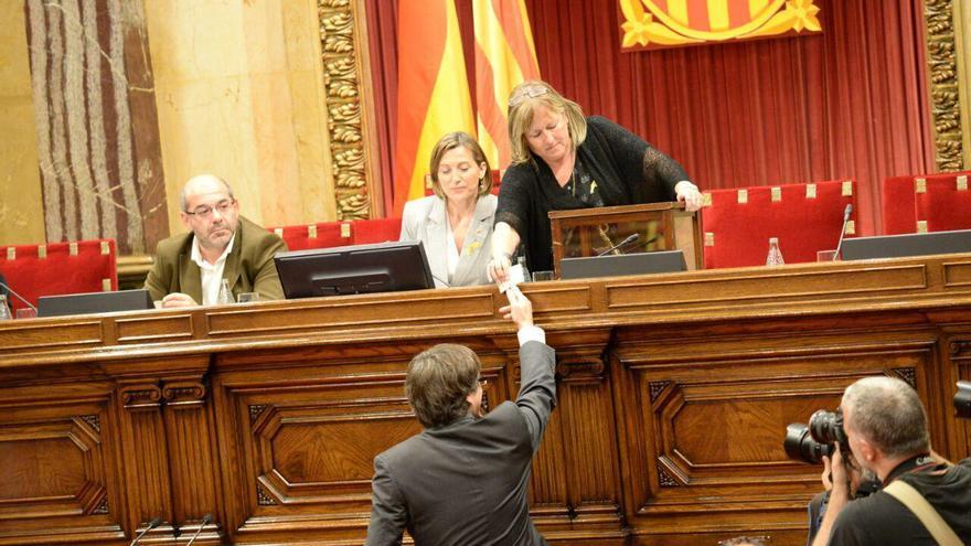 El president Puigdemont realizando la votación en el Parlament