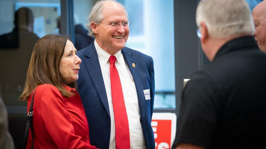El candidato republicano Bill Waller junto a su esposa, Charlotte Waller.