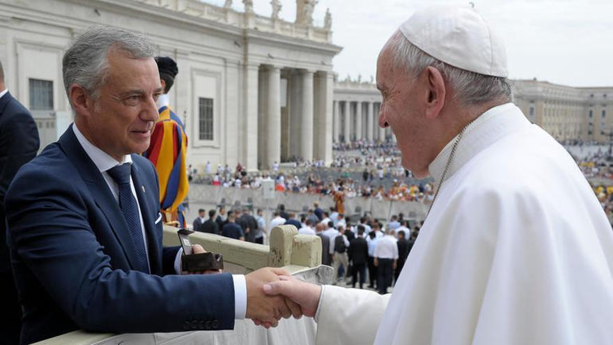 Urkullu estrecha la mano al Papa Francisco este miércoles en la plaza de San Pedro
