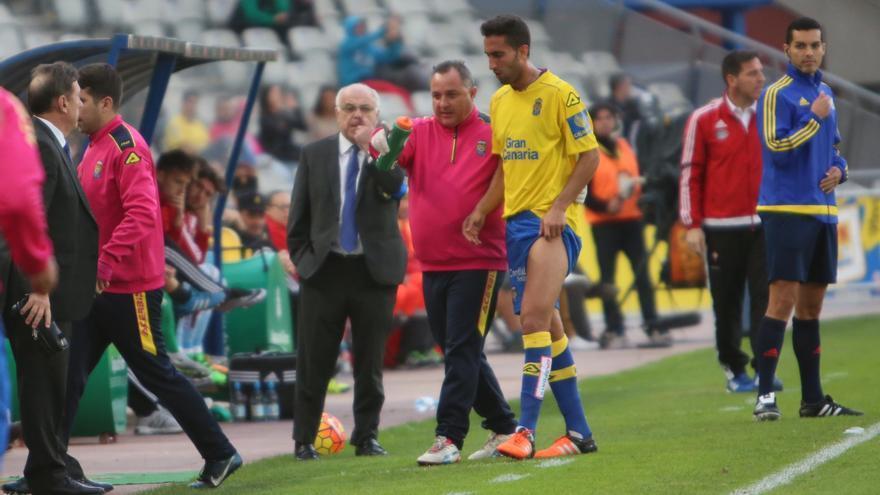 El jugador de la UD Las Palmas, Ángel Montoro, se retira lesionado durante el partido ante el Celta de Vigo en el Estadio de Gran Canaria. (Alejandro Ramos).