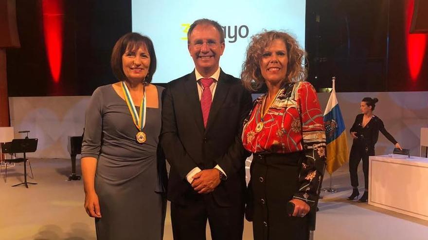 Sergio Rodríguez con las representantes de Las Hilanderas, María Blanca García Pérez y Carmen Nieves Díaz González, en el acto institucional.