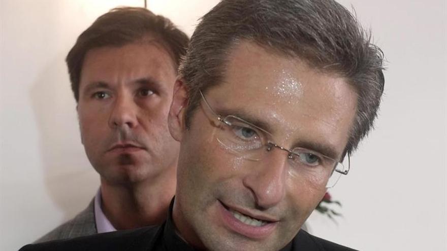 El cura expulsado del Vaticano por gay ataca la homofobia eclesial en un libro