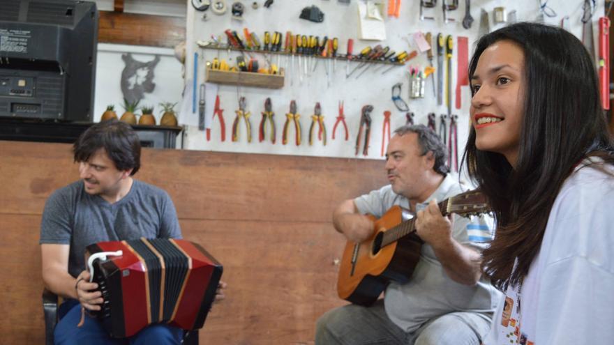 Julio Coviello y Daniel López en las clases para jóvenes en el taller de Patrimonio Histórico de la UNLa