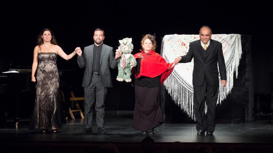 En la imagen, Cristina Ramos, soprano; Manuel García Morano, tenor; Nauzet Mederos, piano, y María Mayoral (Bolina&Bambo), títeres, en el espectáculo '¿Me cuentas una zarzuela?'. Foto: JOSÉ CONCEPCIÓN FELICIANO.