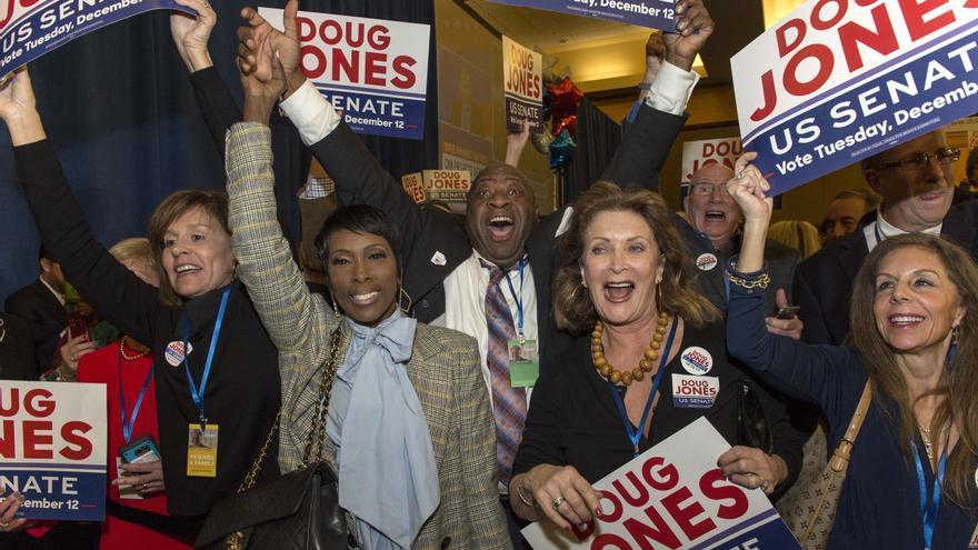 Partidarios de Doug Jones celebran la victoria en la noche electoral en Birmingham, Alabama.