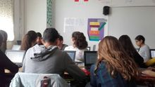 Imagen de archivo de varios jóvenes en un aula.