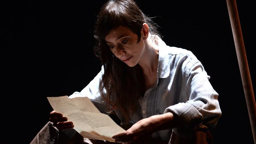 Amparo De Gata leyendo la carta de un campesino en su obra 'Camiño do mar'.
