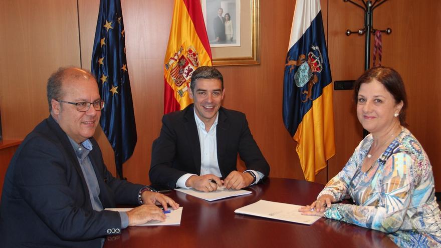 Juan Antonio Alonso, por GMR, el consejero Narvay Quintero y la presidenta de Asaga, Ángela Delgado