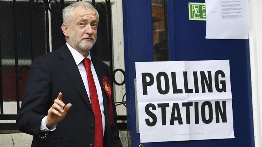 """Corbyn dice que May ha perdido su mandato y pide que """"se vaya"""""""