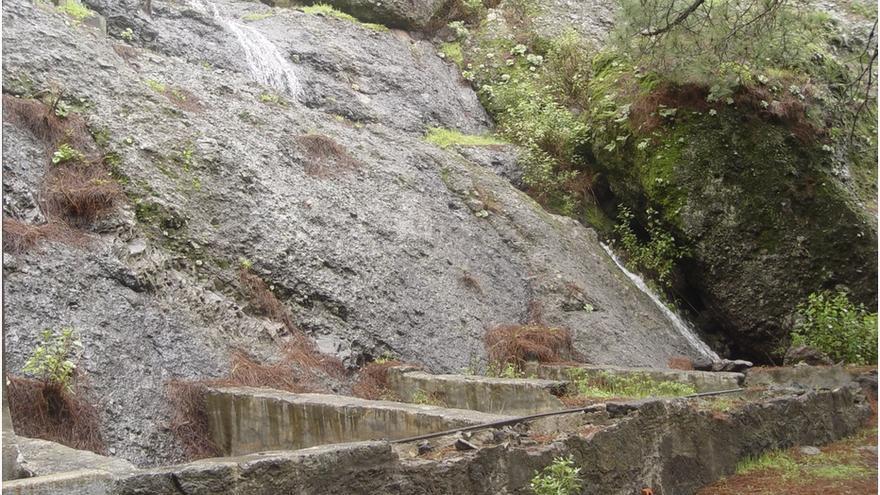 El agua de la Fuente del Pino empapa los riscos de los curtideros-lavaderos (20-12-2010).