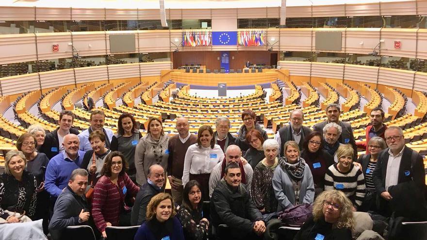 Los representantes de los colectivos vecinales y cívicos junto a los del PSPV-PSOE en el Parlamento Europeo