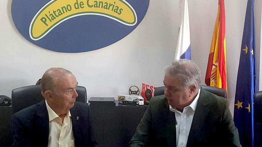 El responsable en Canarias de la AECC y el presidente de Plátanos de Canarias, Henry Sicilia.