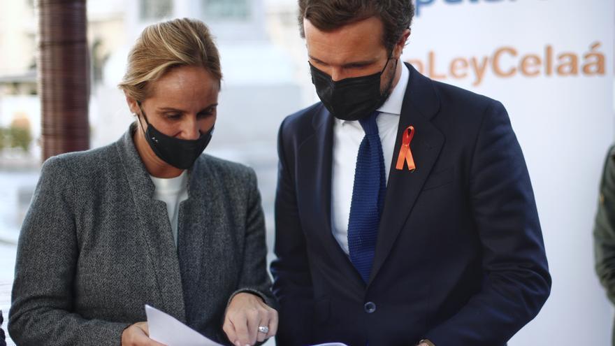 La senadora del PP por Madrid Ana Camins y el presidente del  Pablo Casado, durante firma contra la 'Ley Celaá', en la mesa instalada por el PP de Madrid en las inmediaciones del Congreso. en Madrid (España), a 19 de noviembre de 2020.