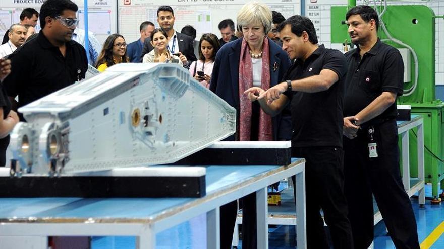 Theresa May visita empresas tecnológicas y templos en último día en la India
