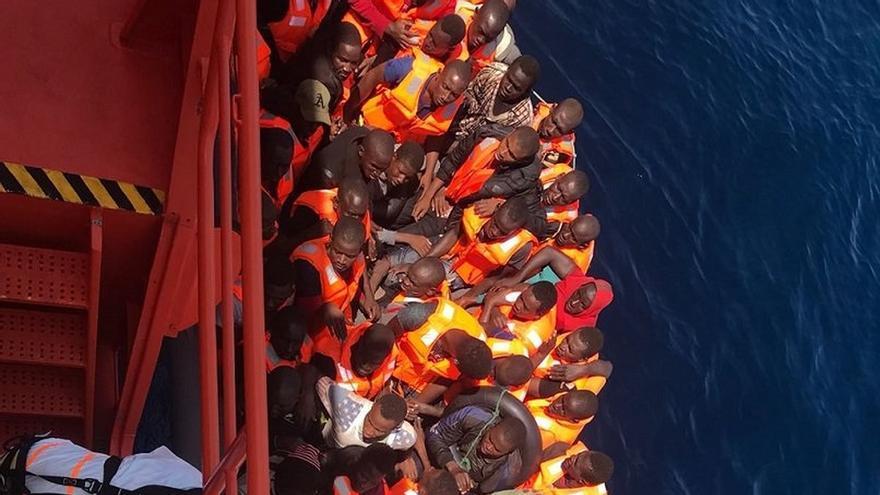 Trasladan a puerto a 56 personas rescatadas de una patera semihundida en el mar de Alborán