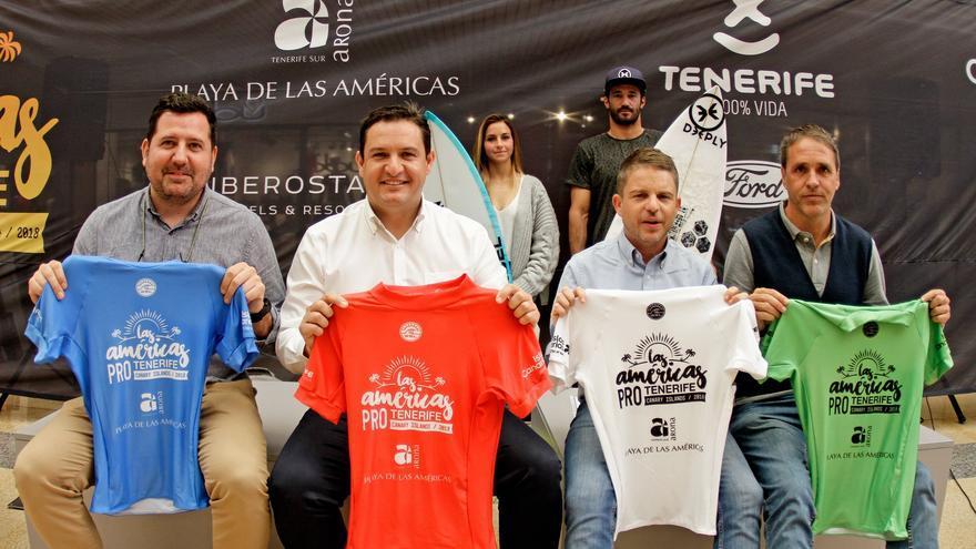 Presentación de la prueba de surf este viernes en Arona, con el alcalde José Julián Mena (camiseta roja)