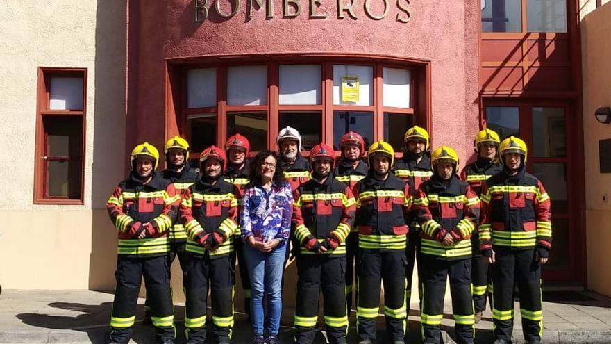 Nieves Rosa Arroyo con los bomberos de La Palma.