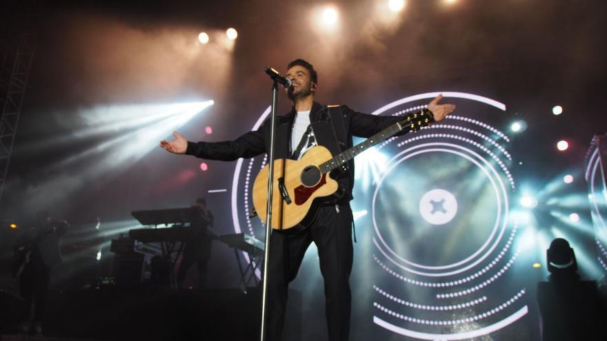 Luis Fonsi se entregó durante su actuación. Foto: JOSÉ AYUT