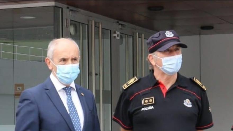 El consejero vasco de Seguridad, Josu Erkoreka (izquierda)